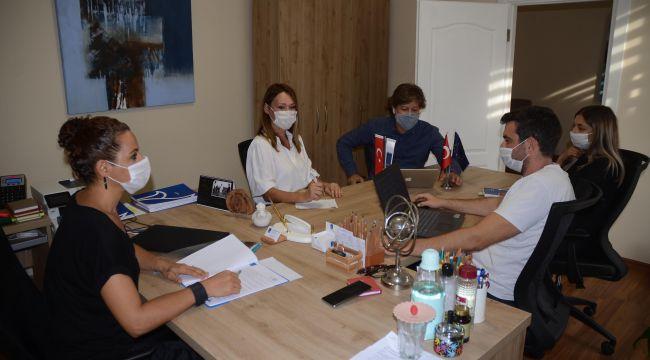 Kuşadası'nda yaşayan otizmli bireylerin ailelerine uzaktan eğitim desteği