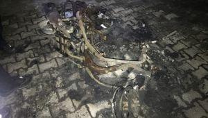 Motosiklet çocuk parkının içinde alev alev yandı