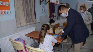 Başkan Günel, 5 bin öğrenciye hayvan sevgisini anlatan kitap hediye etti