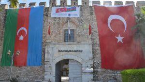 Kuşadası'nda Kervansaray'ı Azerbaycan bayrakları süslemeye başladı
