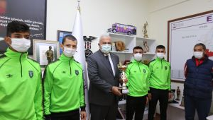 Şampiyon atletler, Başkan Atay'ı ziyaret etti
