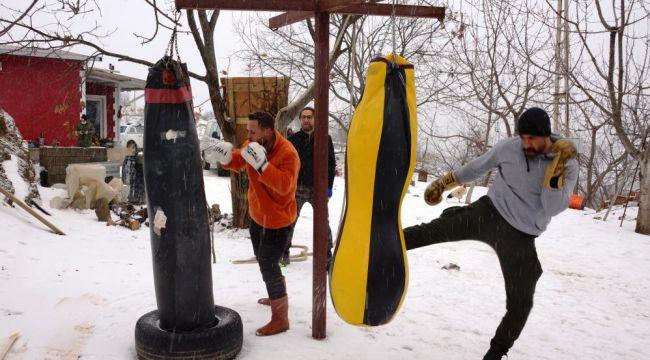 Kick boks tutkusu kar altında antrenman yaptırdı