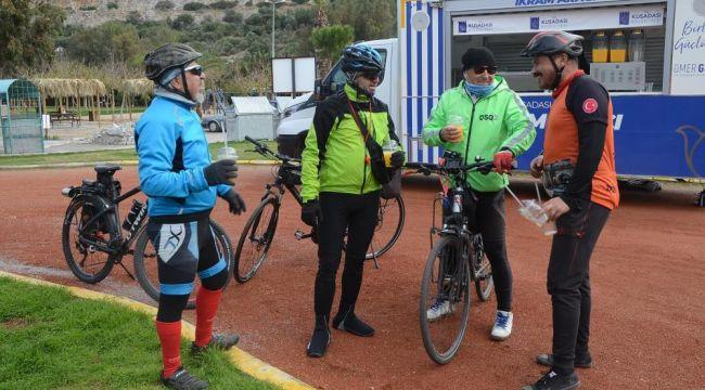 Kuşadası Belediyesi'nden bisikletçilere vitamin desteği