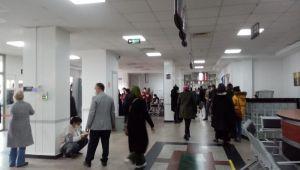 Görevlilerin tüm uyarılarına rağmen hastanede sosyal mesafeye aldırış eden olmadı