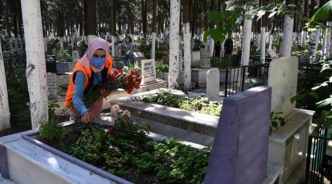 Kuşadası Belediyesi mezarlıkları çiçeklerle donattı